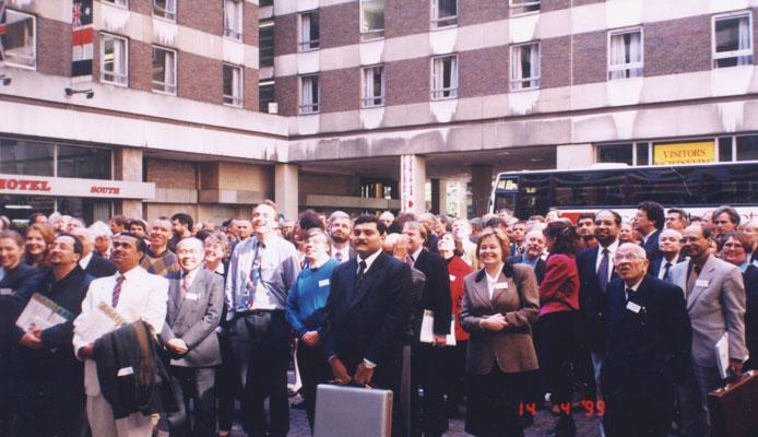Н.Е. Костинская с участниками конференции, проводимой Лондонским Королевским гомеопатическим госпиталем (Великобритания, 1999)