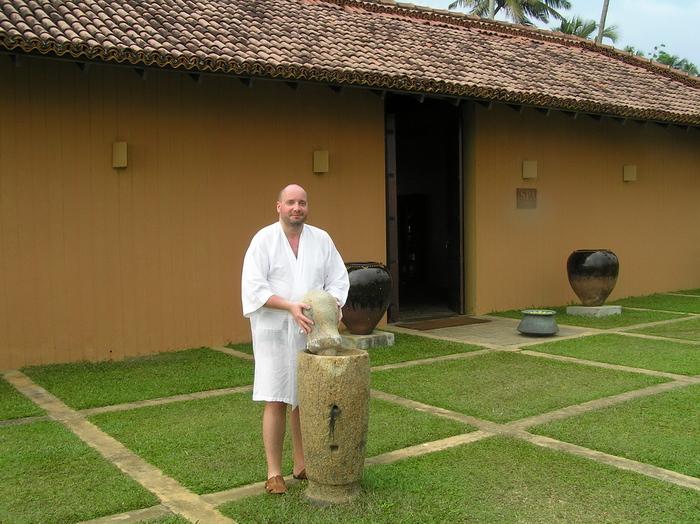 А.П. Иванив, переполненный силами после массажа в SPA-салоне «Lighthouse Hotel», с крупным каменным фармацевтическим оружием (Галле, Шри Ланка, январь 2008)